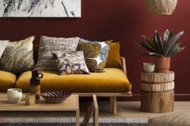 Studio e zona relax, tendenze per la casa 2018: pareti rosso ruggine, velluto giallo, atmosfere retrò e luci soffuse.