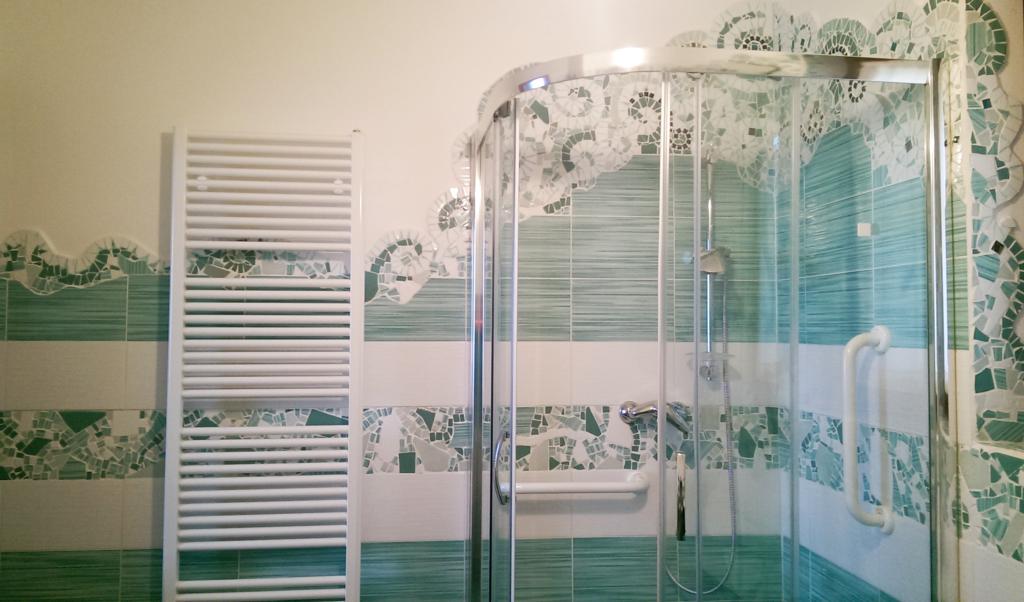 I mosaici di piastrelle di chiara idee per un bagno low cost